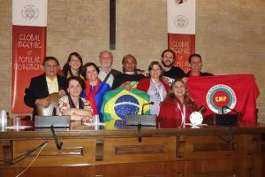 Papa Francisco recebe kit com materiais sobre economia solidária
